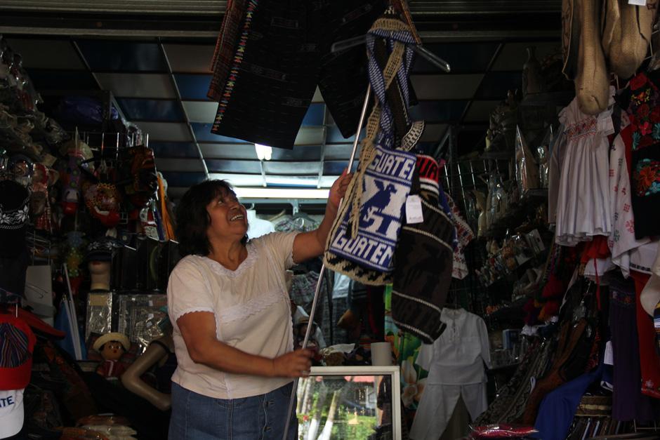 """Victoria de Espaderos, es de las inquilinas con más tiempo de estar ahí; cuenta que comenzó a administrar el local cuando tenía 21 años """"Hace 36 años de aquello"""", dijo(Foto: Alexis Batres/Soy502)"""