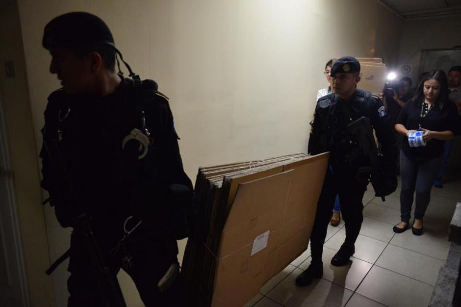 Debido a la gran cantidad de expedientes, los uniformados ingresaron cajas de cartón desarmadas que utilizarían para llevarse la información. (Foto: Jesús Alfonso/Soy502)