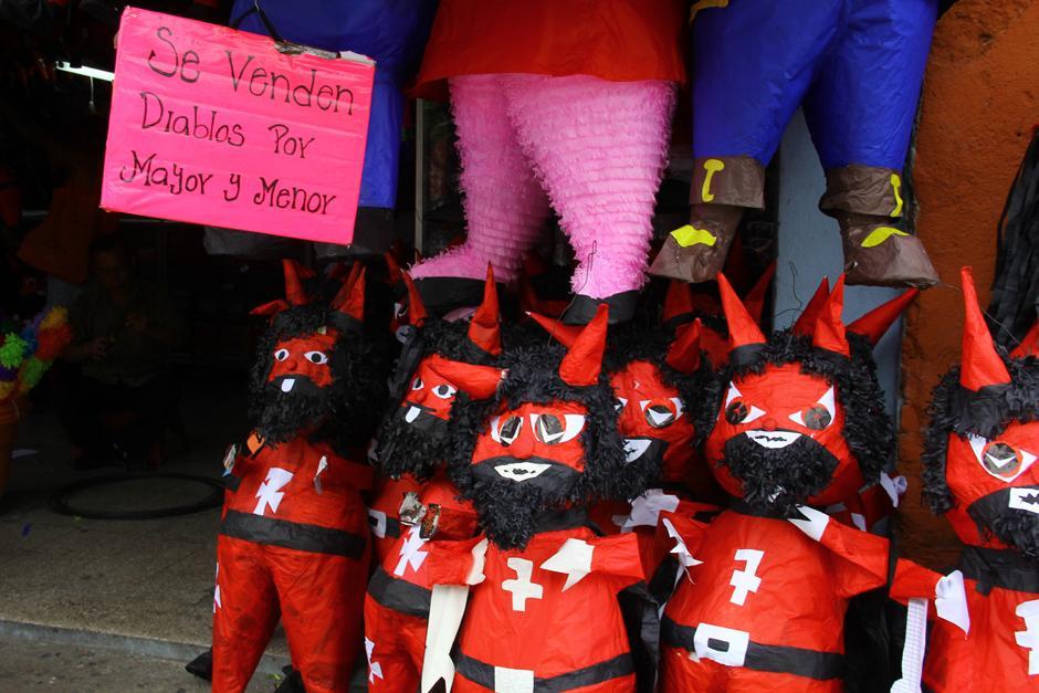 Los piñateros del parque Colom calculan que se venden miles de piñatas de diablos para el 7 de diciembre. (Foto: Alexis Batres/Soy502)