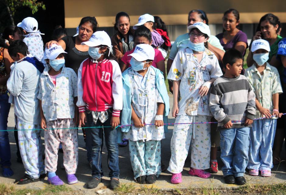 Niños internados en la pediatría salieron a esperar a Santa Claus(Foto: Alejandro Balán/Soy502)