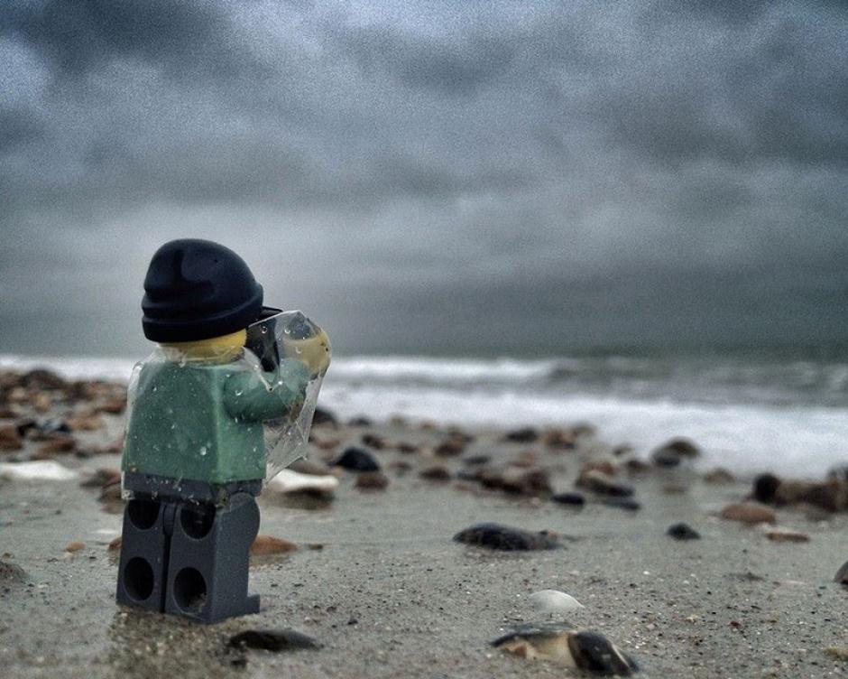 El Legógrafo en la costa. (Foto: Andrew Whyte)