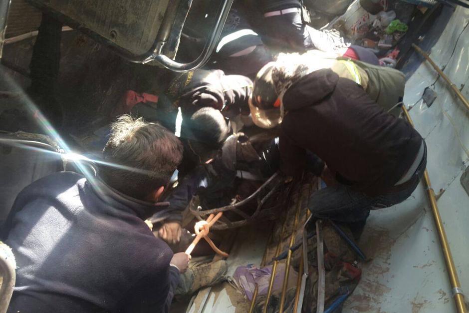 En el interior del bus se localizó el cuerpo sin vida de varias personas. (Foto: Nuestro Diario)