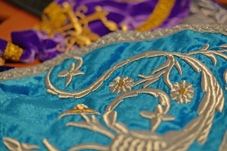 Para los bordados que adornarán las imágenes durante las procesiones de esta Semana Santa, en algunas sastrerías se utilizaron hilos metálicos de plata y oro (Foto: Esteban Biba/Soy502)