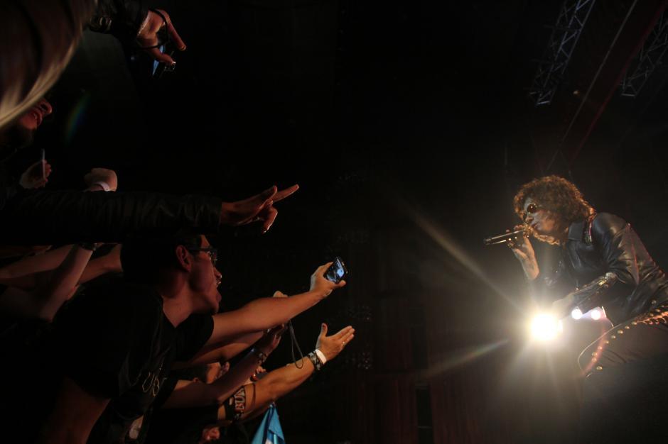 Bunbury hizo cantar a los miles de asistentes del teatro nacional.(Foto: Alexis Batres/Soy502)