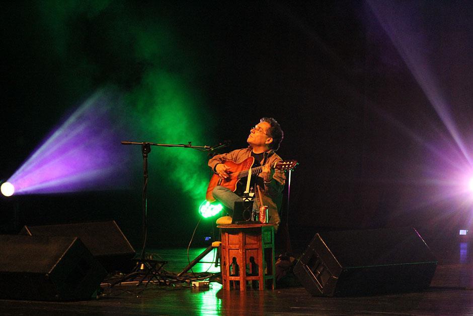 Alejandro Filio continuó con la velada ganándose el aplauso del público que coreó cada una de sus canciones (Foto: Alexis Batres/Soy502)