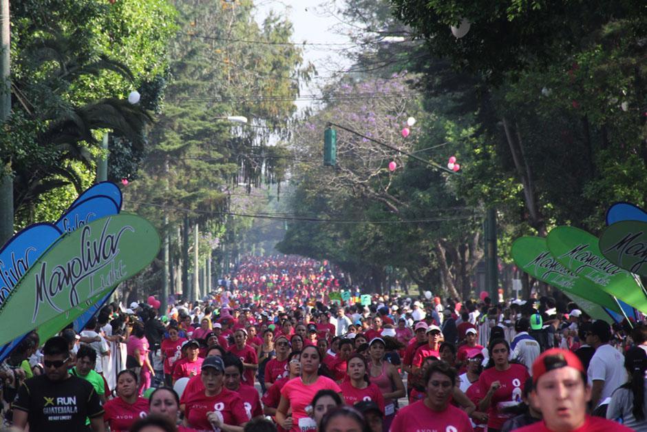 La Carreara-Caminata reunió a más de 7 mil personas vestidas de rosado para apoyar la Lucha contra el Cáncer de seno. La mayoría de participantes son mujeres. (Foto: Alexis Batres/Soy502)