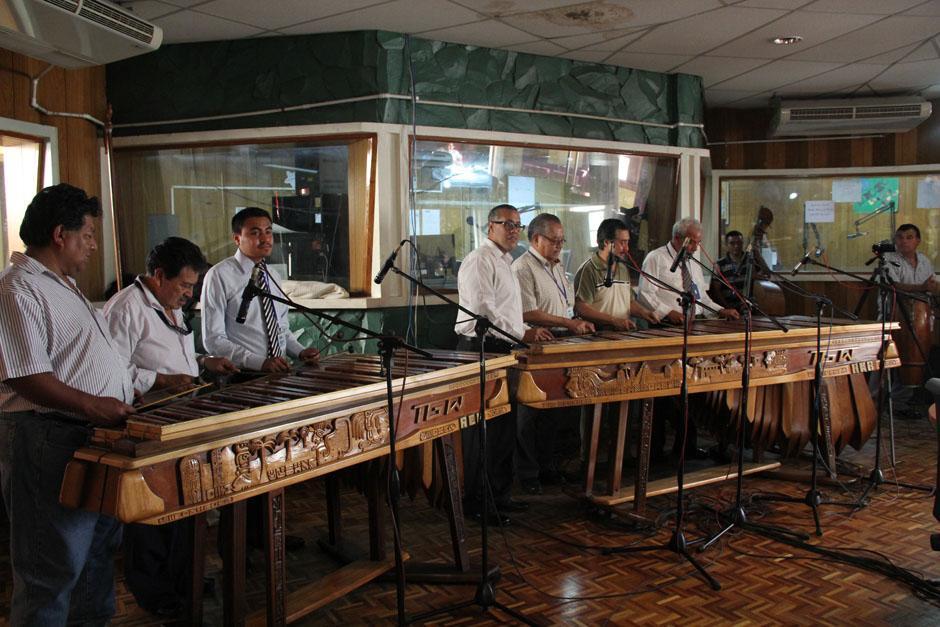 Los maestros marimbistas ingresan al Salón de Cristal de la TGW, en donde el instrumento que han interpretado por décadas les espera. (Foto: Alexis Batres/Soy502)
