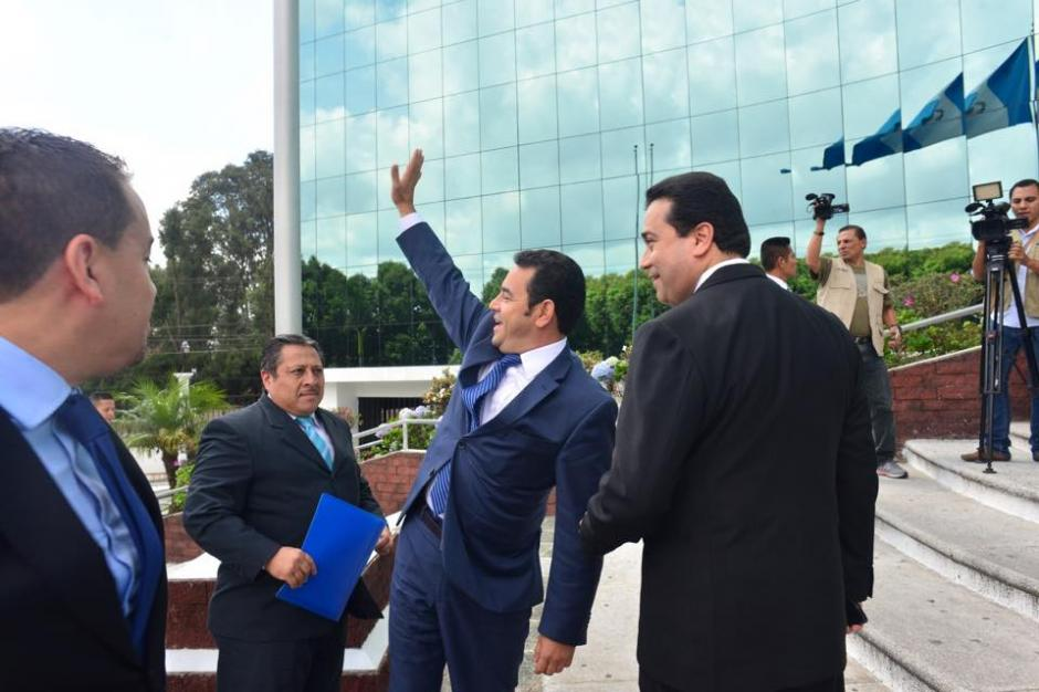 """Morales saluda con humor a quienes le gritaron: """"ahí van Nito y Neto"""". (Foto: Jesús Alfonso/Soy502)"""