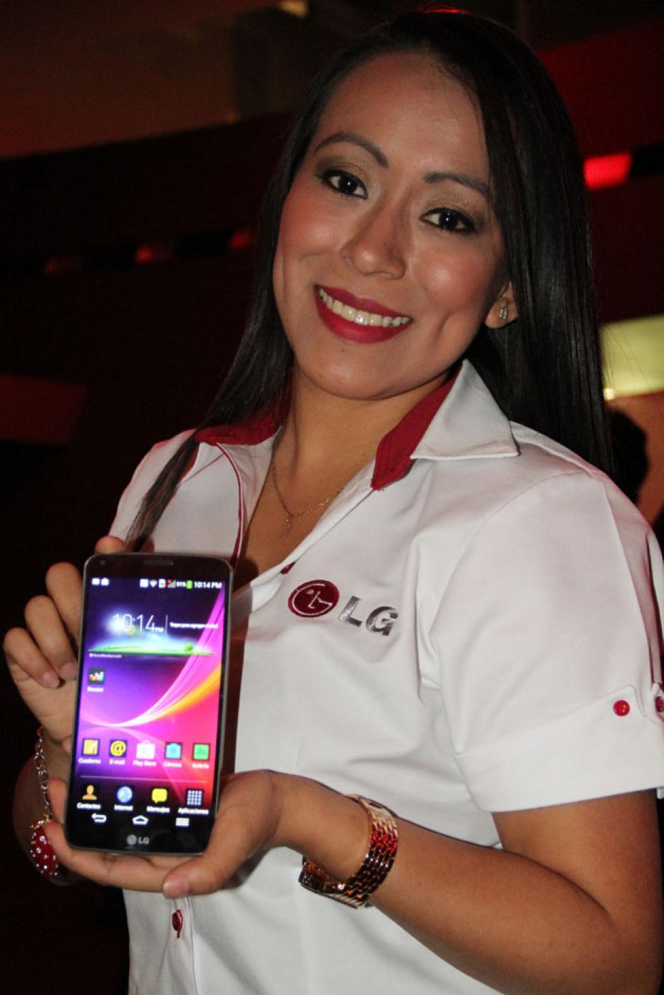 Una de las edecanes muestra las funciones del teléfono LG Flex.(Foto: Alexis Batres/Soy502)