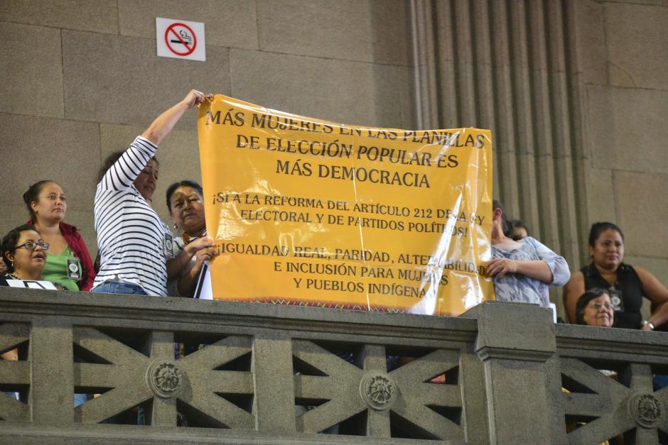 En el hemiciclo se realizó una pequeña manifestación de organizaciones de mujeres que piden se apruebe la reforma que permite la paridad en el Congreso. (Foto: Wilder López/Soy502)