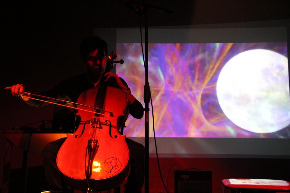 El chelista Óscar Arévalo presentó su proyecto electrónico instrumental World Bridges On Fire. (Foto: Alexis Batres/Soy502)
