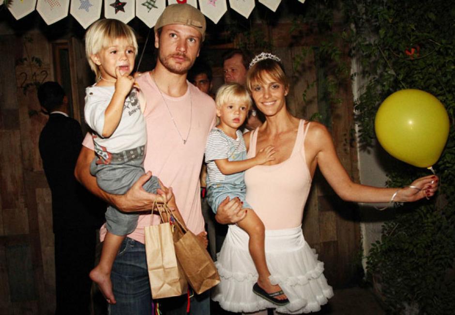 La pareja junto a sus hijos gemelos.