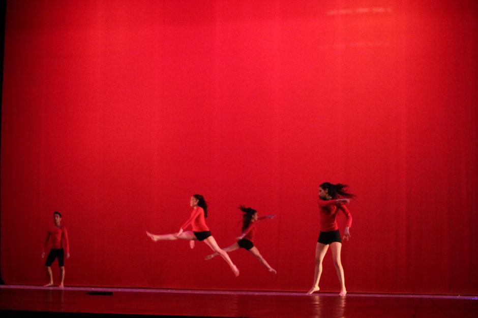 """La Escuela Nacional de Danza presentó: """"Revival""""; se trató de un baile contemporáneo parsimonioso y suave que sedujo al público. (Foto: Alexis Batres/Soy502)"""