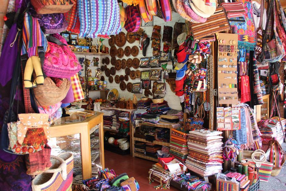 Los turistas nacionales y extranjeros se inclinan ahora por artesanías textiles, productos apetecidos por europeos(Foto: Alexis Batres/Soy502)