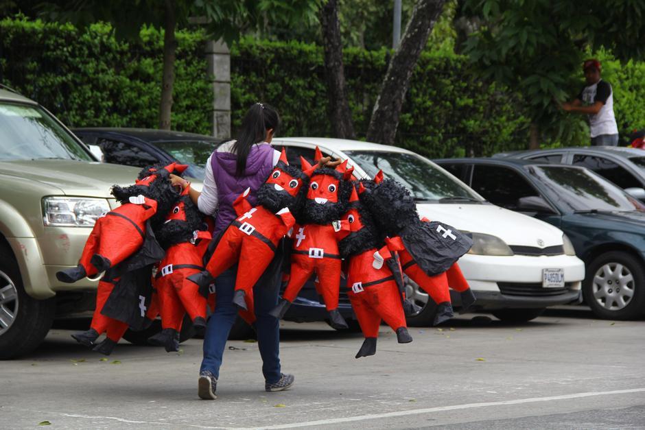 Uno de los locales calcula que vende entre 1 mil 500 hata 2 mil piñatas. (Foto: Alexis Batres/Soy502)