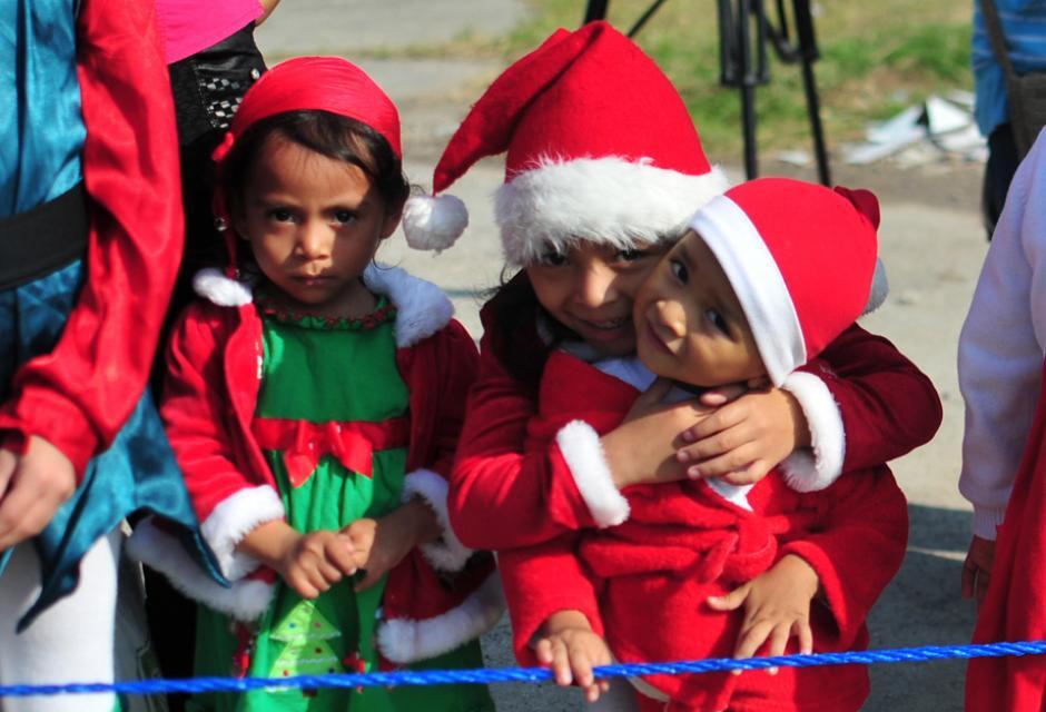 La emoción contagio a los mas chicos, quienes utilizaron el vestuario alusivo a Papa Noel (Foto: Alejandro Balán/Soy502)