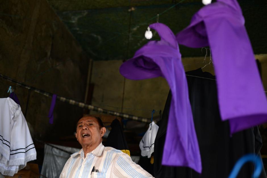 Rogelio Rodríguez, es uno de los sastres más solicitados para cada Semana Santa, pues sus 20 años de experiencia le permiten confeccionar hasta dos trajes diarios (Foto: Esteban Biba/Soy502)