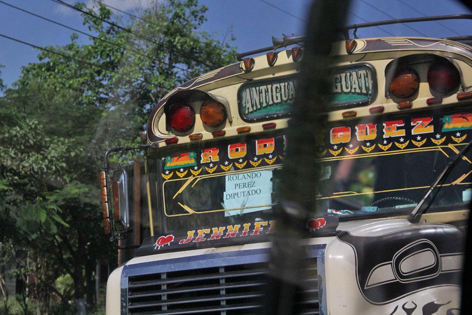 Aunque negaron que los miembros del PP organizaron la movilización de personas; en el recorrido se observó un bus cuyo rótulo aludía a los simpatizantes de Rolando Pérez, diputado del PP, originario de Sacatepéquez. (Foto: Alexis Batres/Soy502)