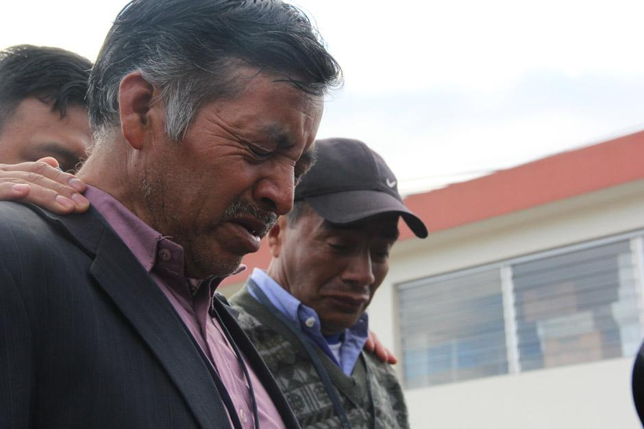 Los hermanos Pedro y Guillermo Solano García, tíos de la guatemalteca asesinada no pudieron contener el llanto al observar a el féretro de su sobrina. (Foto: Alexis Batres/Soy502)
