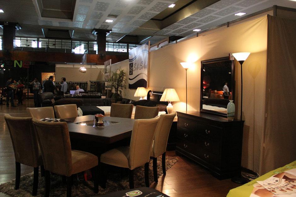 En la feria de ProMueble se encuentran dormitorios completos, comedores y salas, con diseños frescos(Foto: Alexis Batres/Soy502)