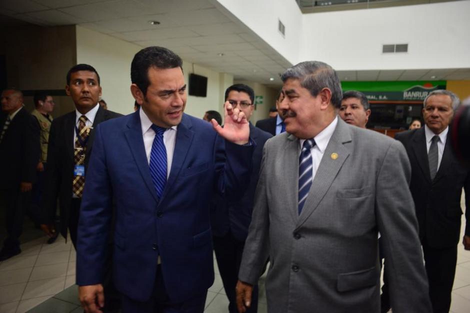 Morales y Mencos recorrieron las instalaciones de la Contraloría, y se mandó a llamar a subcontralores y directores de áreas para saludar al presidente electo, pues estaban de descanso. (Foto: Jesús Alfonso/Soy502)