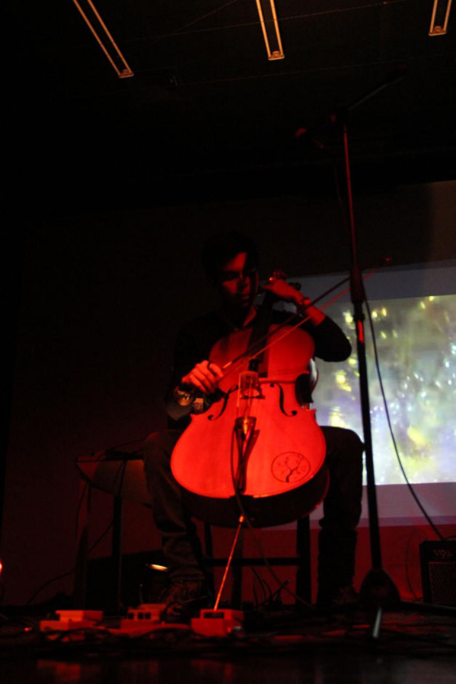 El público escuchó cada una de las melodías interpretadas por el Chelista Óscar Arévalo (Foto: Alexis Batres/Soy502)