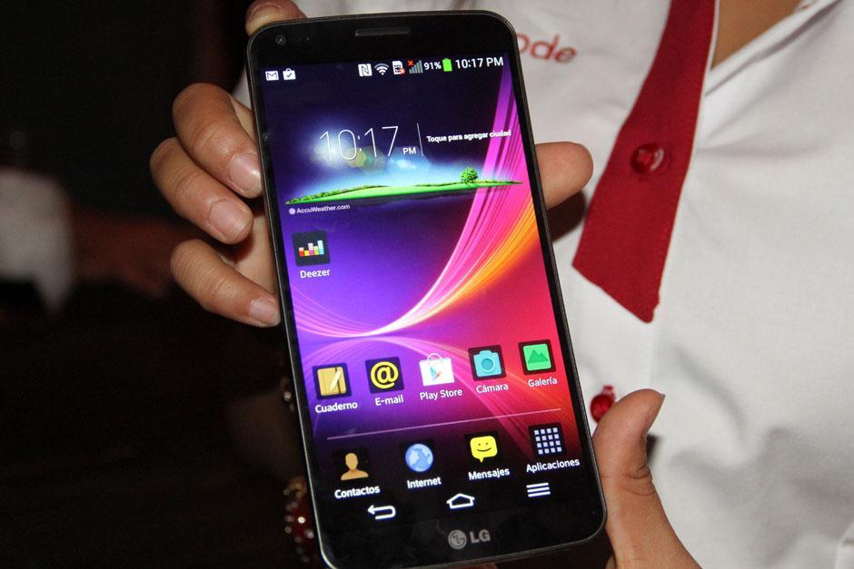 La pantalla del LG Flex es de 6 pulgadas, que se acomodan a tu mano. (Foto: Alexis Batres/Soy502)