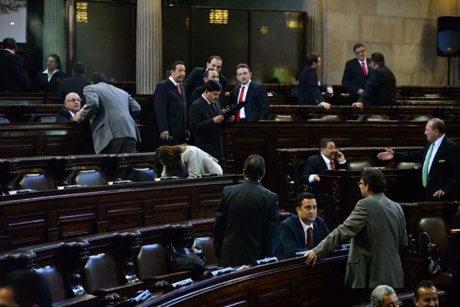 Los diputados de Lider y de PP conversaban previo a que iniciara la sesión plenaria. (Foto: Wilder López/Soy502)