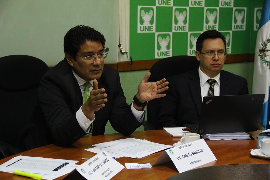 Carlos Barreda, diputado de la UNE, citó a los funcionarios y les pidió, como alternativa que recorten los salarios del Ministerio de Finanzas y SAT, pues es su responsabilidad que la recaudación no levante. (Foto: Alexis Batres/Soy502)