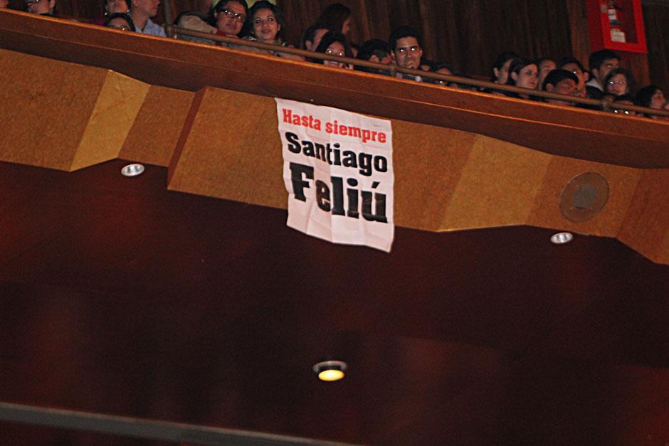 La muerte de Santiago Feliú entristeció a la comunidad de trovadores. Delgadillo y Filio manifestaron su tristeza y el público colgó esta manta en lo alto de la Gran Sala (Foto: Alexis Batres/Soy502)