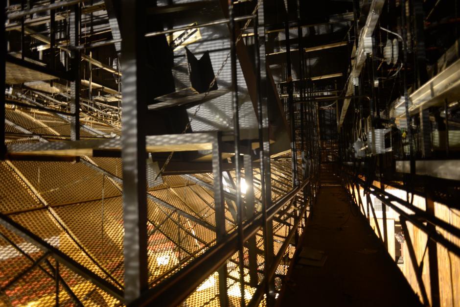 Puente de iluminación. Quizá nos se aprecie con detalle, pero este puente se encuentra a 20 metros de altura, justo arriba de las butacas. Al lado izquierdo se encuentran los asientos y al derecho el escenario. (Foto: Jesús Alfonso/Soy502)