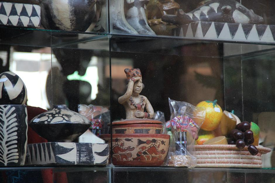 Además de productos textiles, se pueden encontrar réplicas de piezas mayas talladas en madera o modeladas en barro(Foto: Alexis Batres/Soy502)