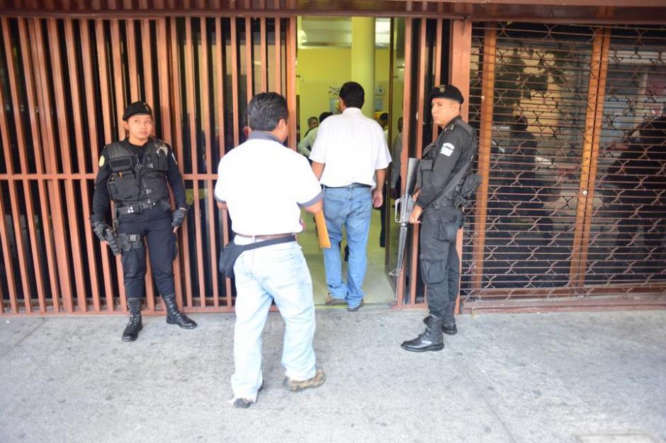 Los agentes resguardaron el ingreso del inmueble. (Foto: Jesús Alfonso/Soy502)
