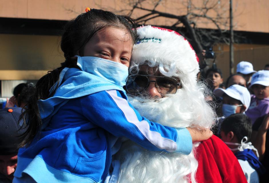 Pacientes de pediatría hicieron fila para poder saludar y abrazar a Santa Claus (Foto: Alejandro Balán/Soy502)