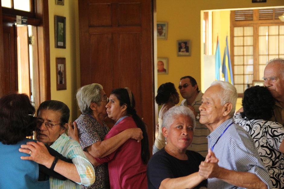 Las teclas de la marimba suenan y las personas de la tercera edad, quienes llegan todos los miércoles a disfrutar de las melodías, inician el baile (Foto: Alexis Batres/Soy502)