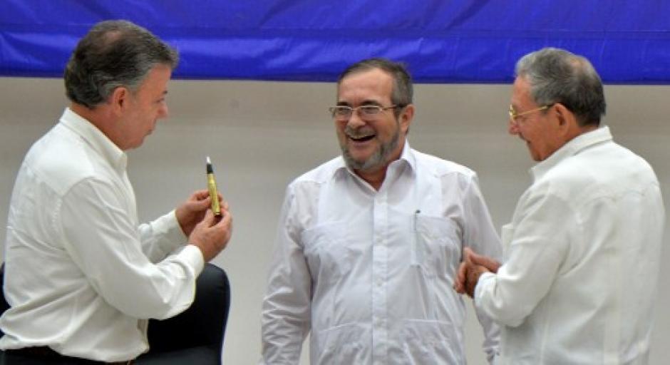 Los protagonistas de la firma conversan al finalizar el acto. (Foto: AFP)