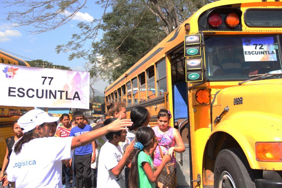 Cientos de personas descendieron de los buses y fueron organizados por personal de logística, a cargo de dirigir a las personas hacia el interior del Estadio. (Foto: Alexis Batres/Soy502)