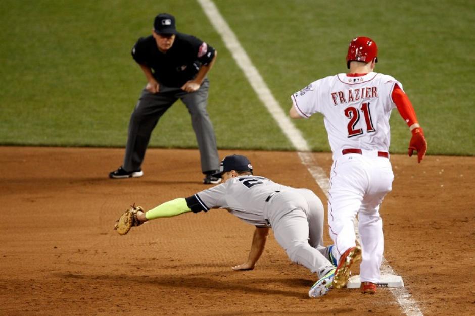 Una acción del juego entre Teixeira y Frazier. (Foto: AFP)