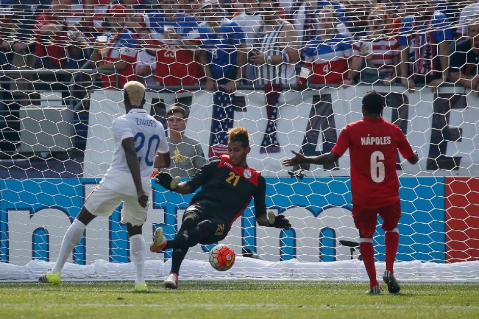 Zardes al momento de vencer al arquero cubano Guerra. (Foto: AFP)