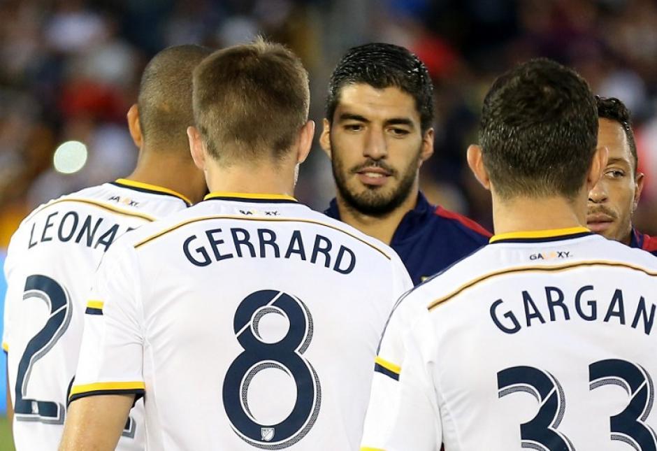 Gerard y sus compañeros del Galaxy saludan al uruguayo Luis Suárez