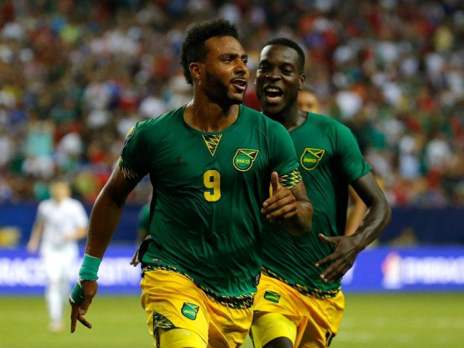 Giles Barnes (9) celebra tras anotar el segundo gol de Jamaica ante Estados Unidos en la semifinal de la Copa Oro. (Foto: AFP)