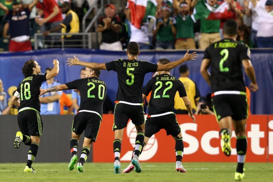 Los mexicanos corren para celebrar uno de los goles anotados a Jamaica durante la final de la Copa Oro 2015