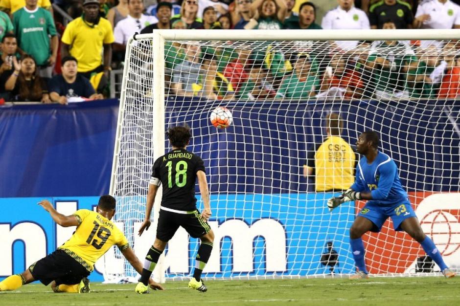 Guardado ve como su remate va hacia adentro de la portería de Jamaica. (Foto: AFP)