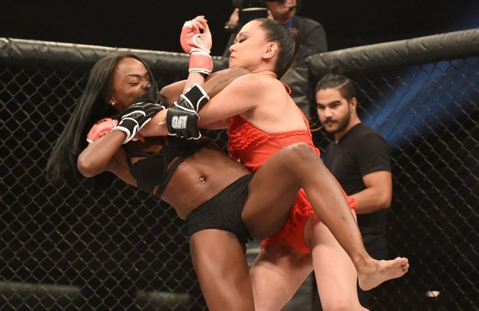 La fuerza de estas luchadoras demuestra que se preparan como cualquier atleta. (Foto: AFP)