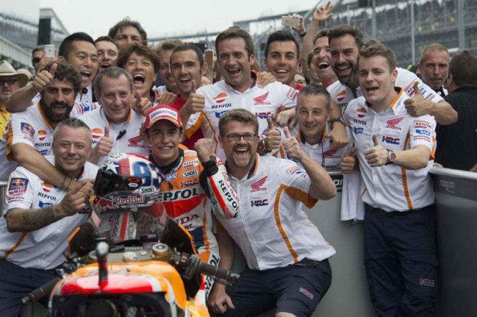 Marc Márquez y su equipo tras ganar el primer lugar en Indianápolis. (Foto: AFP)