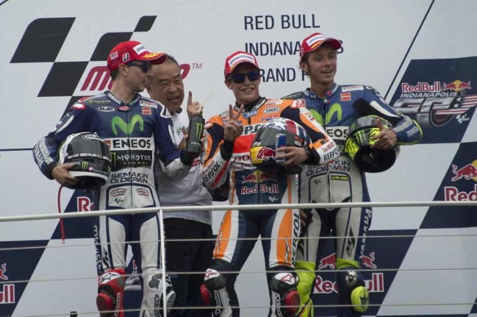 Lorenzo (izquierda), Márquez (centro) y Rossi (a la izquierda de Márquez), los mejores posicionados de la temporada 2015 de Moto GP. (Foto: AFP)