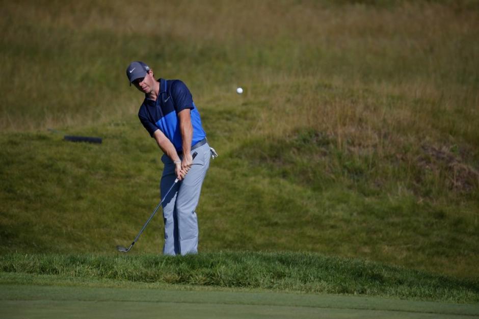 Rory McIlroy de Irlanda del Norte dispara durante una ronda de práctica antes del 2015 PGA Championship en Whistling Straits el 11 de agosto de 2015, de Sheboygan, Wisconsin. (Foto: Kevin C. Cox / AFP)