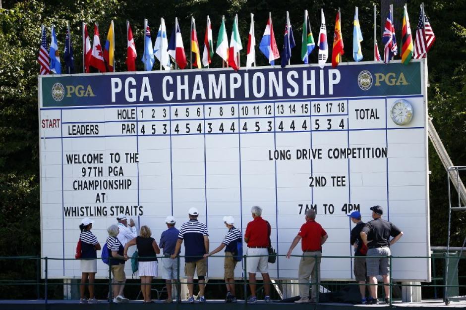 Un grupo de jugadores y caddy en la mesa de salida durante una ronda de práctica antes de iniciar el torneo PGA de campeones en Whistling Straits el 11 de agosto de 2015, de Sheboygan, Wisconsin. (Foto: Richard Heathcote/AFP)
