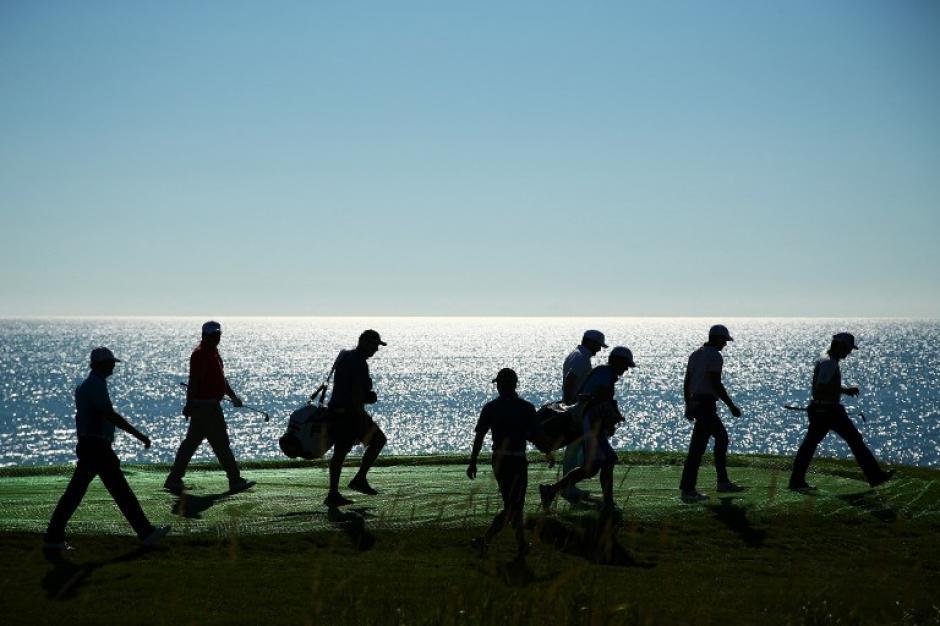 Un grupo de jugadores se traslada para ir al siguiente green en el PGA de campeones. (Foto: AFP/Richard Heathcote)