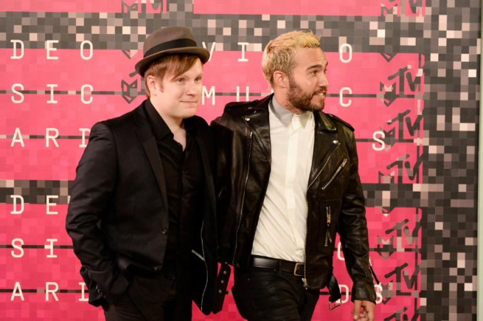 Los músicos Patrick Stump y Pete Wentz de Fall Out Boy asisten a los 2015 MTV Video Music Awards 2015, en Los Ángeles, California. (Foto: AFP)